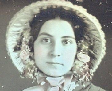 Daguerrotipo victoriano. Joven con el rostro enmarcado por un bonete y las mejillas ligeramente coloreadas