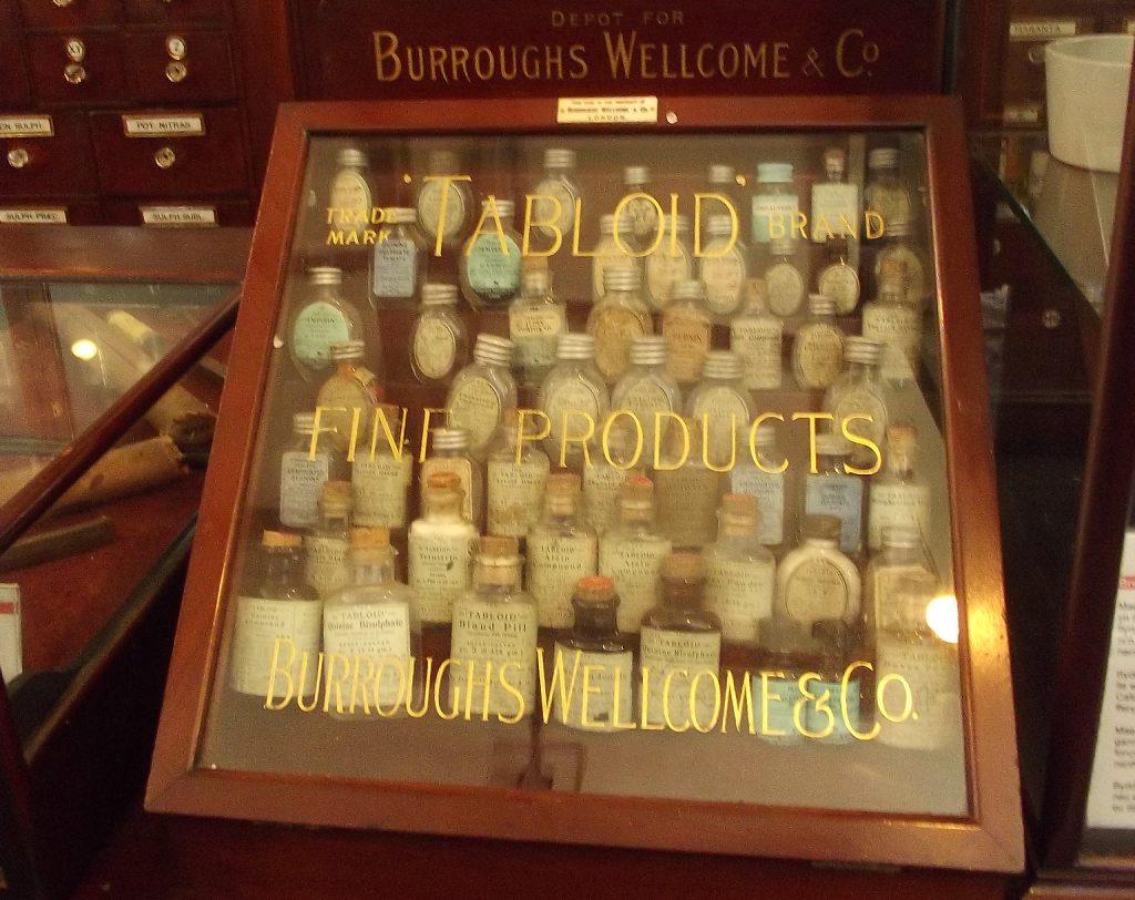 Farmacia de época victoriana con cosméticos en un expositor publicitario.
