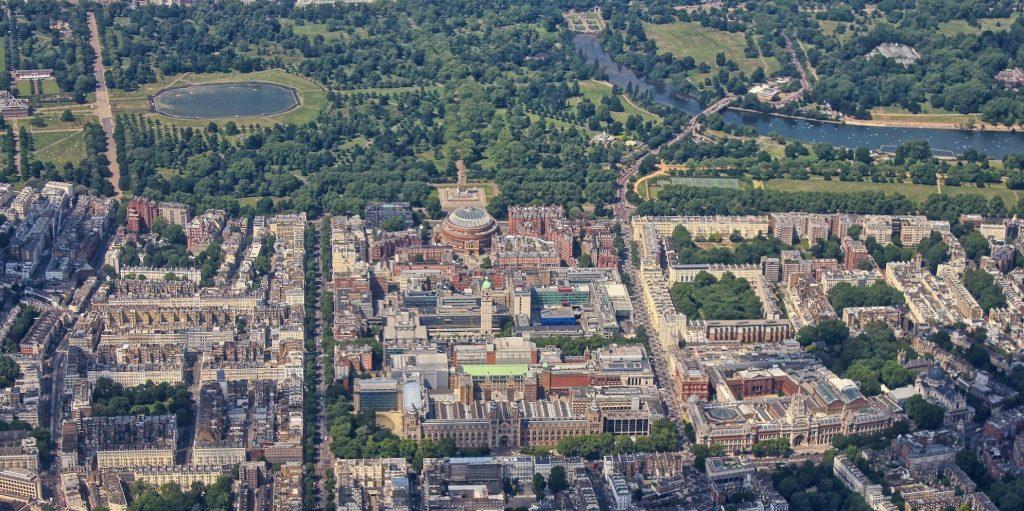 Vista aerea de Kensington: se pueden ver El Royal Albert Hall y The Albert Memorial (centro), Natural History Museum (de frente en el centro), y el Victoria and Albert Museum (de frente a la derecha). En la parte superior están los Kensington Gardens, con el Palacio de Kensington Palace (a la izquierda) y The Serpentine (derecha).