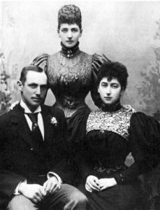 Reina Alexandra, de pie, con la princesa de Gales Maud y su prometido Carl de Dinamarca.